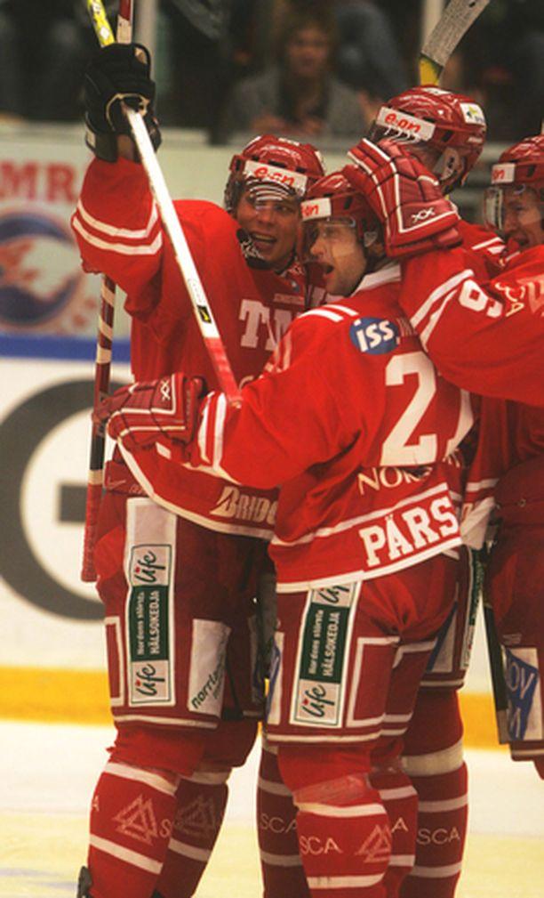 Ottelutoverit juhlivat Timo Pärssistä.