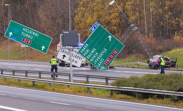 Henkilöauton kuljettaja törmäsi tolppaan ja rysäytti alas liikenteenohjaustaulut Tampereella.