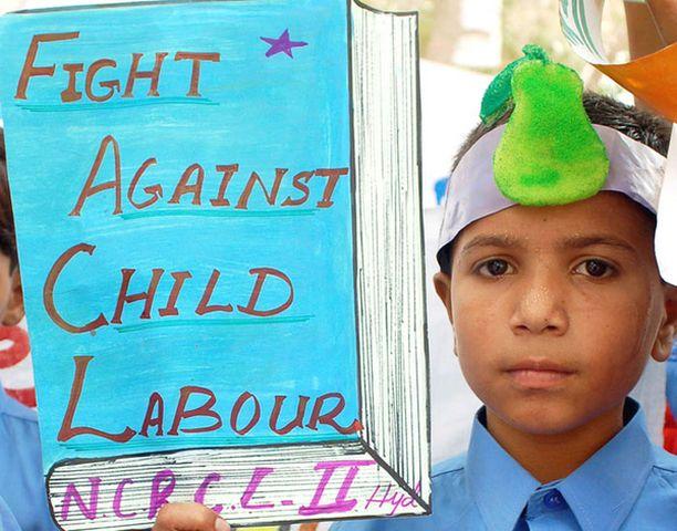 Intialaispoika osoitti mieltään lapsityövoiman käyttöä vastaan viime vuonna Hyderabadissa.