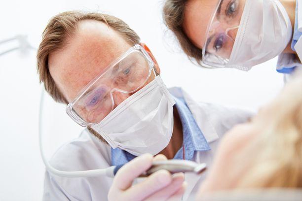 Koronavirustilanne keskeytti lähes kokonaan hammashoidon kiireettömät ajat kunnallisella puolella, joten jonot pitenivät entisestään. Kuvituskuva.