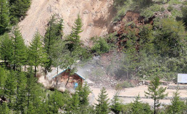 Pölypilvi nousi Punggye-rissä, kun Pohjois-Korea omien sanojensa mukaan räjäytti ydintestialueen alla kulkevia tunneleita.