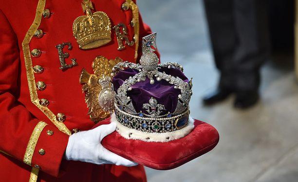 Kruunu painaa reilun kilon.