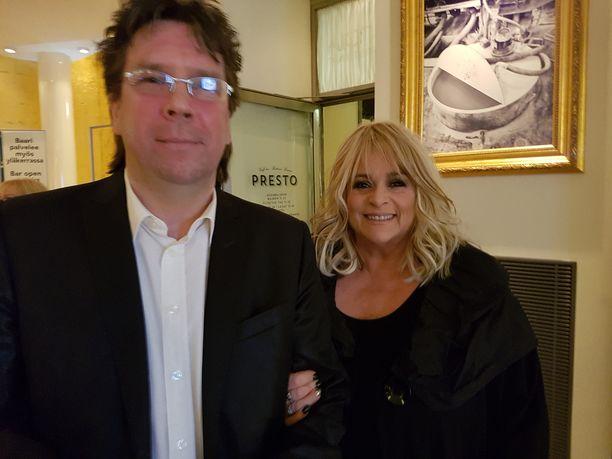 Marion oli juhlimassa ystäväänsä Savoy-teatterissa, missä itse juhli uransa 40-, 45-, ja 50-vuosia. - Lähden Ruotsiin joulukuun alussa Södertäljeen Suomi 100-juhliin laulamaan hittejäni Riku Niemen orkesterin kanssa, Marion säteili vierellään aviomies ja manageri Kalle Munck. Naimisissa kaksikko on ollut yli kuusi vuotta.