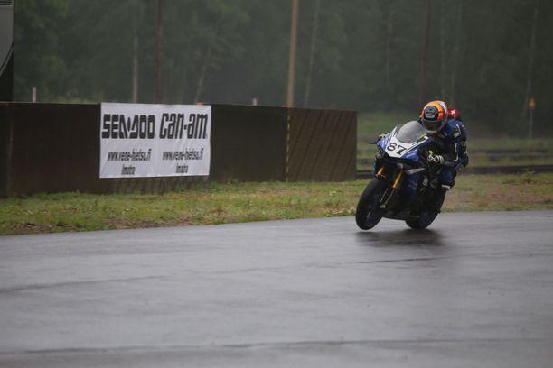 Sveitsiläinen Mathias Gnägi kuvattiin Imatran liukkaalla radalla vain hetkeä ennen kohtalokasta turmaa.