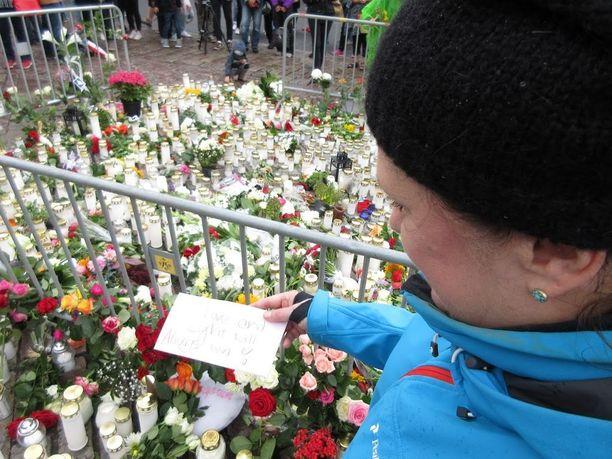 Vapaaehtoistyöntekijä ja opettaja Maarit Snellman muisti Turun joukkopuukotuksen uhreja koskettavalla viestillä.