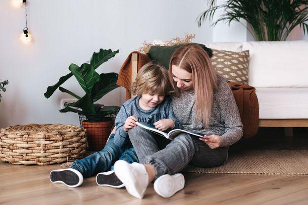 Vanhemmat ovat avainasemassa lapsen lukutaidon edistäjinä.