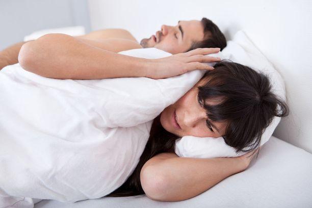 Nukkuessa uniapnean tyypillisiä oireita ovat kuorsaus, unenaikaiset hengityskatkot, herääminen tukehtumisen tunteeseen ja huonolaatuinen uni.