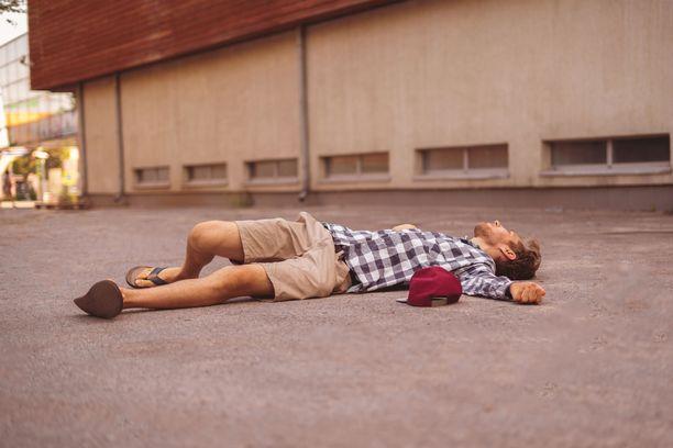 Jos näet maassa makaavan ihmisen, älä siis kävele ohitse, vaikka kaikki muut kävelisivät.