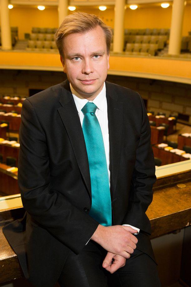 Omat vanhemmat tukevat keskustan Antti Kaikkosta.