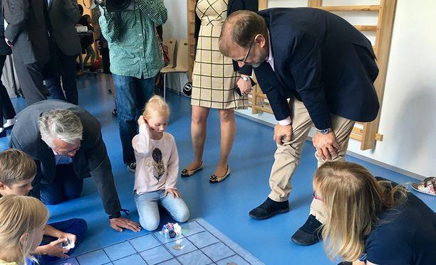 Juha Sipilä ja Juha Rehula tutustuivat lattiarobotteihin Simonkallion päiväkodissa Vantaalla.