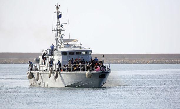 Libyan rannikkovartiosto kuljetti hengenvaarallisista veneistä poimitut siirtolaiset takaisin kuivalle maalle.
