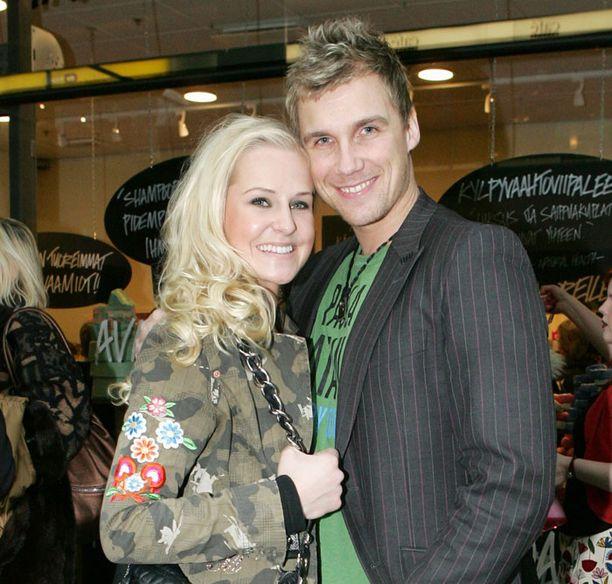 Joanna Väre muistetaan myös Miss Suomen toisena perintöprinsessana vuodelta 2007. Mallipariskunnan romanssista kerrottiin vuoden 2008 alussa.