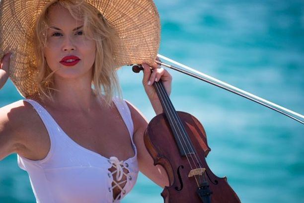Elisa Järvelän soittama akustinen viulu on 1700-luvulta. Se kulkeutui sota-aikana saksalaisten sotilaiden mukana Suomeen.