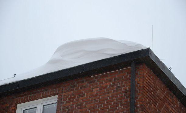 LähiTapiolan mukaan alkuvuoden lumikerroksen paino voi olla 100 kiloa kuutiometriä kohden. Lumen paino voi kuitenkin kasvaa sateiden ja tiivistymisen myötä helmi-maaliskuussa jopa 200-240 kiloon kuutiometriä kohden.
