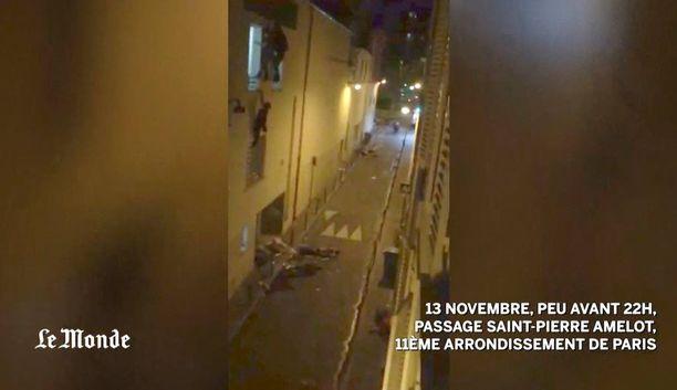 Bataclanin konserttisalin ikkunoissa roikkui kolme henkilöä: raskaana oleva nainen, Sébastien sekä toinen mies. Tiedossa ei ole, mitä tapahtui miehelle, joka roikkui Sébastienin vieressä naisen yläpuolella. Kadulla näkyy iskuissa haavoittuneita ihmisiä.