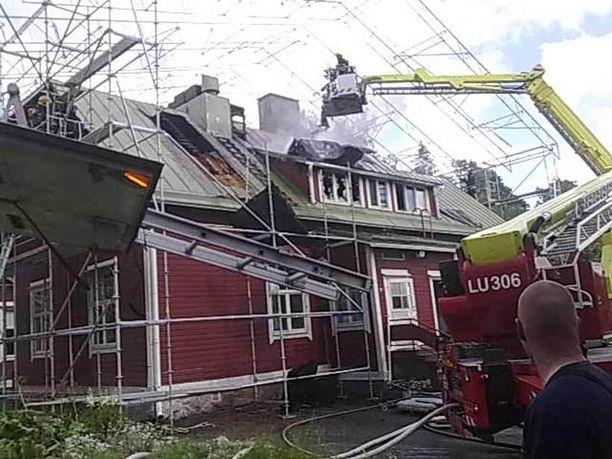 Rakennukseen suunniteltuja korjaustöitä varten tehdyn sääsuojan rakenteet hankaloittavat katon purkutöitä.