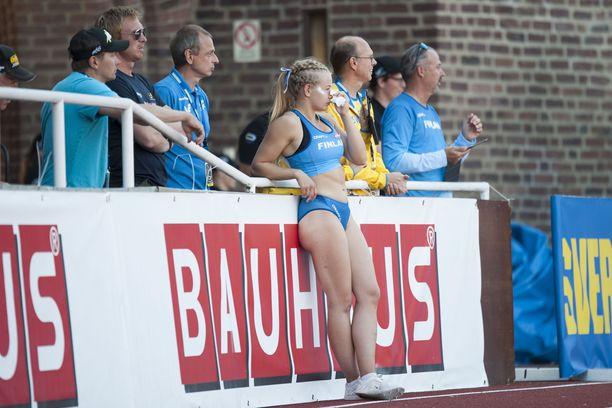 Saga Andersson pyyhki verta nenästään tällin jälkeen Tukholman olympiastadionilla sunnuntaina.
