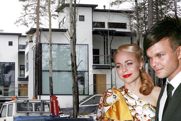NELIÖHINTA 9 300 € Lauri Ylösen ja Paula Vesalan moderni luksuskoti tarvitsee varakkaan ostajan. 150 asuinneliön kivitalosta pyydetään 1 395 000 euroa.