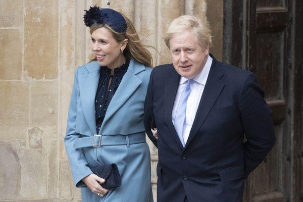 Ison-Britannian pääministeri Boris Johnson ja hänen puolisonsa Carrie Symonds kuvattuna maaliskuun alussa.