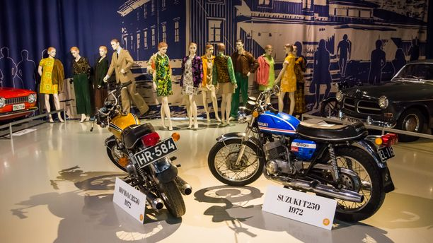 Honda CB350 ja Suzuki T250:llä sai nuorten naisten huomion raitilla vuonna 1972.