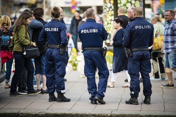 Iltalehden jättikyselyyn vastanneet poliisit pitävät todennäköisenä, että Suomeen kohdistuu uusi terrori-isku. Turussa elokuun lopussa tapahtuneita puukotuksia tutkitaan tällä hetkellä kahtena terroristisessa tarkoituksessa tehtynä murhana ja kahdeksana niiden yrityksenä.