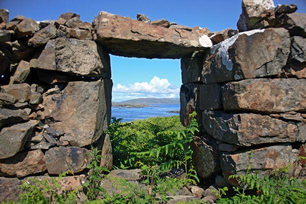 Hylätyn talon oviaukko Lungan saarella Sisä-Hebrideillä.