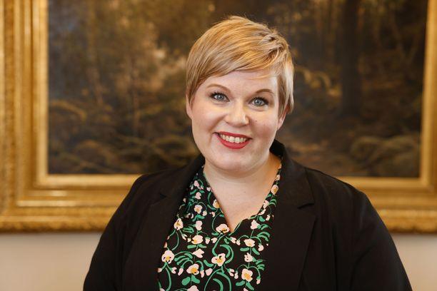 Valtiovarainministeri Annika Saarikko (kesk) muistuttaa ennen syyskuun budjettiriihtä hallituskumppaneitaan Suomea uhkaavista talouden myrskypilvistä.