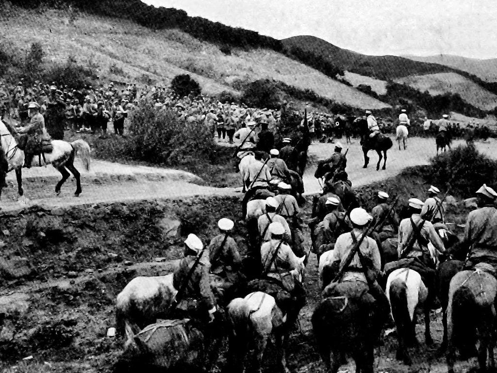 Venäläistä ratsuväkeä ryhmittymässä hyökkäykseen Japania vastaan käydyssä sodassa.