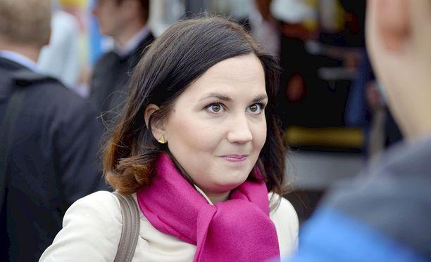 Opetusministeri Sanni Grahn-Laasosen (kok) mukaan politiikka kaipaakin tervehenkistä ravistelua.