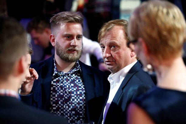 Hjallis ja Joel Harkimo vaalivalvojaisissa 2015. Joel Harkimo ei päässyt kansanedustajaksi.