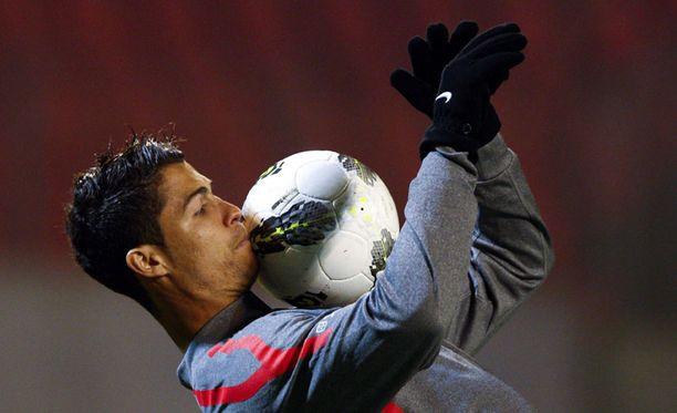 Cristiano Ronaldo sai treenata hetken rauhassa ennen häirikköfanien älynväläystä.