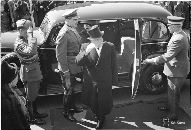 Tasavallan presidentti Kyösti Kallio ja marsalkka Mannerheim saapuvat Helsingin Suurkirkkoon sankarien muistojumalanpalvelukseen toukokuussa 1940. Taustalla Kallion virka-auto, vuosimallin 1938 Buick Special Eight.