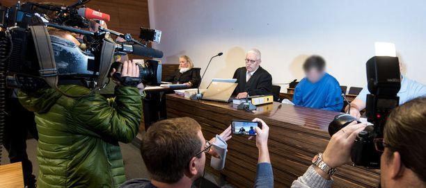Murhasta ja raiskauksesta syytetyn miehen vastainen (siniasuinen) oikeudenkäynti alkoi tänään.