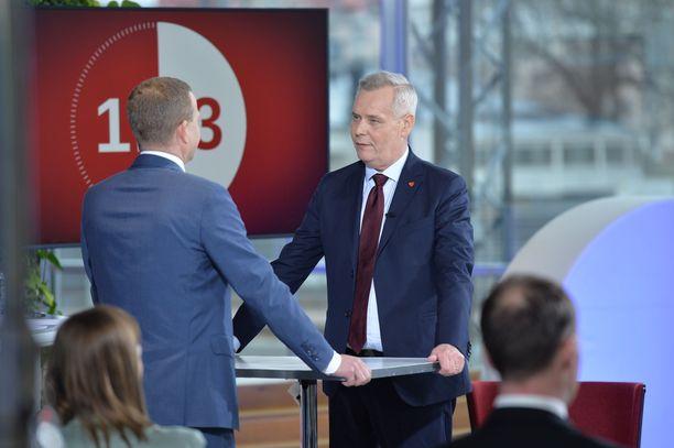 SDP:n puheenjohtajan  ja kokoomuksen puheenjohtajan  väittely talouspolitiikasta äityi kiivaaksi Iltalehden ja Alma Median vaalitentissä.