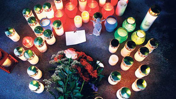 Surmapaikalle oli tuotu kynttilöitä.