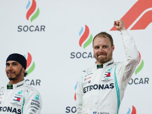 Lewis Hamilton joutui seuraamaan vierestä Valtteri Bottaksen voitonjuhlia Bakussa.