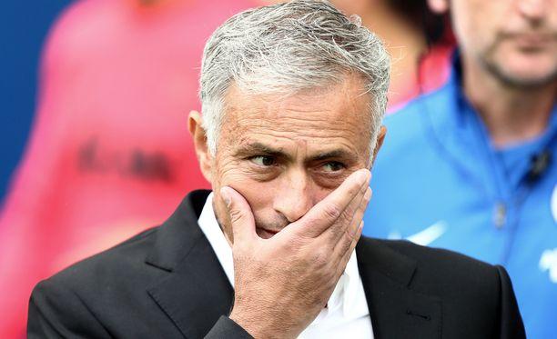 José Mourinho ei vaikuta juuri nyt olevan kenenkään suosiossa.