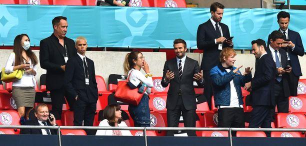 David Beckham (keskellä) ja Ed Sheeran (neljäs oikealta) seurasivat kotimaansa jalkapallo-ottelua Lontoossa. Kuva: AOP