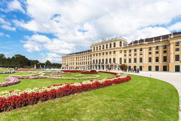 Schönbrunnin linna on yksi Wienin tunnetuimpia nähtävyyksiä. Linna on kiinnostava sisältä, mutta myös sen puutarhat ja puistoalue kiehtovat matkailijaa.