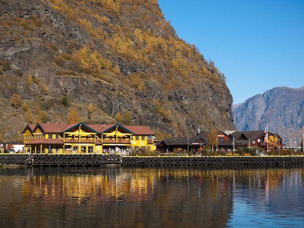 Flåmin pieni kalastajakylä on luontomatkailijan unelmakohde. Kesäisin Sognevuonolla risteilevät risteilyalukset pysähtyvät siellä.