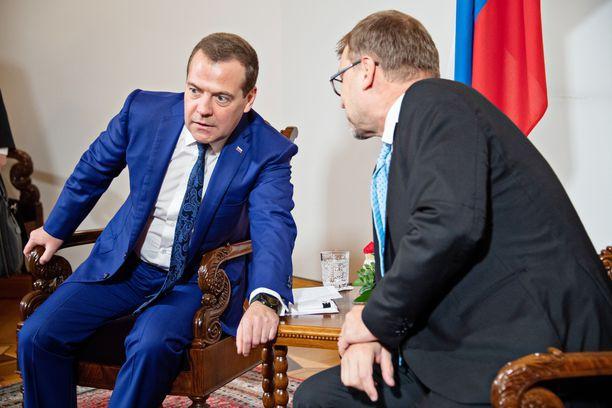 Pääministerit neuvottelivat ennen median eteen tuloa.