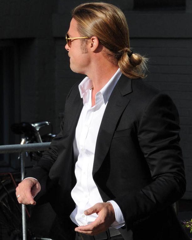 Brad Pitt sitoi hiuksensa löyhästi kiinni.