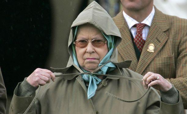Kuningatar Elisabet viihtyy Skotlannin Ylämailla ja osaa pukeutua asianmukaisesti.