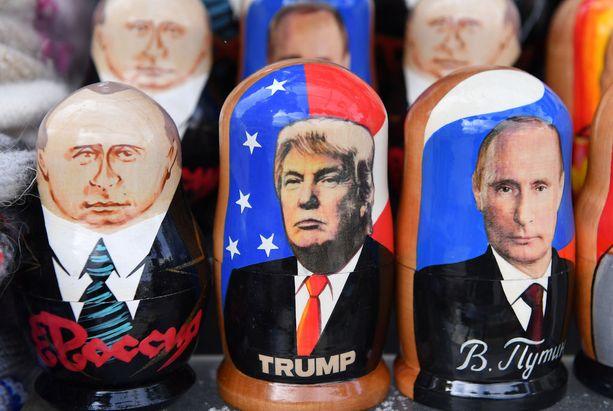 Trumpia ja Putinia esittäviä maatuska-nukkeja Pietarissa.