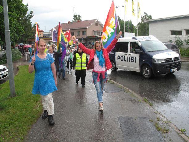 Tarja Pölkki on järjestänyt muun muassa Pride-tapahtuman. Pölkki kuvassa punaisessa takissa keskellä.