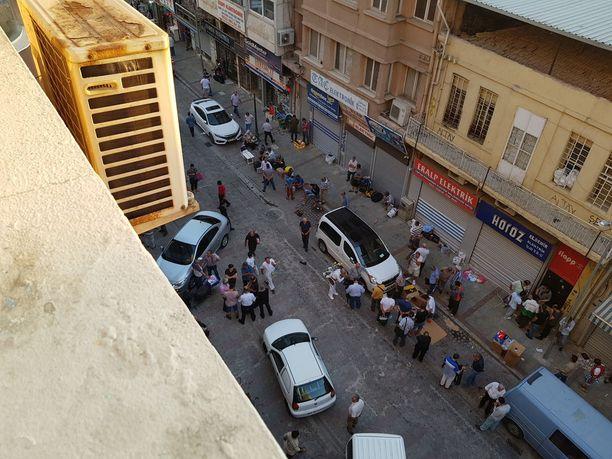 Tälle ja vastaaville kaduille ihmissalakuljettajat keräävät matkalle lähtevät ihmiset. Alue sijaitsee Izmirin laitakaupungilla ja alueella on runsaasti rikollisuutta.