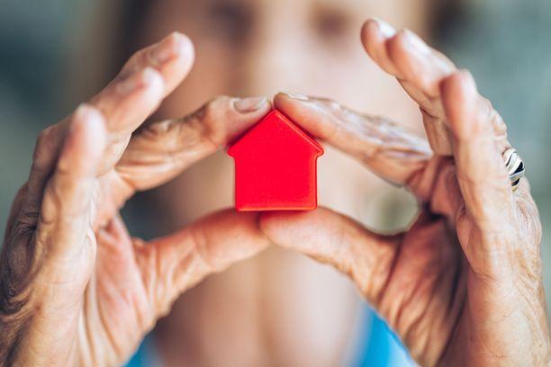 Perillisen näkökulmasta katsottuna lesken jääminen asukkaaksi perintökotiin voi olla taloudellinen taakka. Perintöverot tulevat nimittäin maksettavaksi, vaikka perillinen ei koskaan pääsisi asuntoon käsiksi.