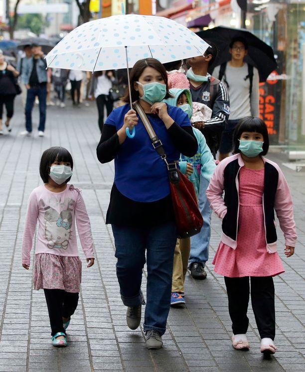 Ihmiset suojautuvat tartunnalta myös ulkona liikkuessaan.