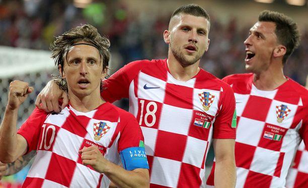 Luka Modric (vas.) laukoi Kroatian 2-0-maalin.