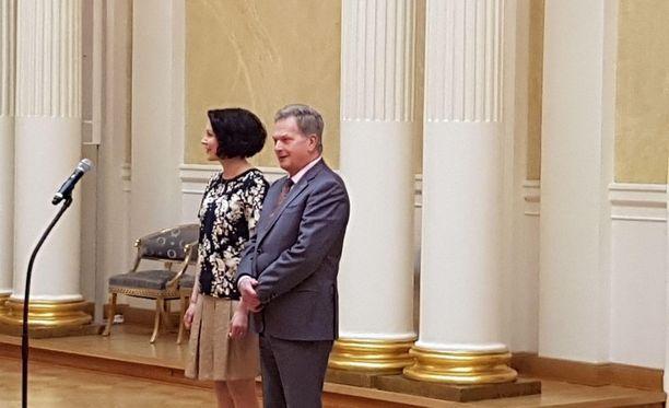 Presidentti pari näytti onnellisilta tilaisuudessa.